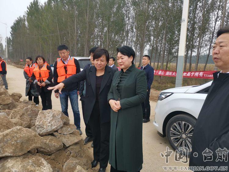 县长李志华陪同市委常委、常务副市长赵建玲在我县调研督导黄河防汛工作