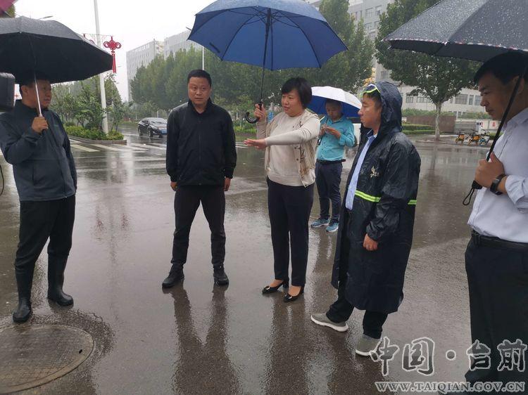 县长李志华冒雨实地调研城市防汛工作